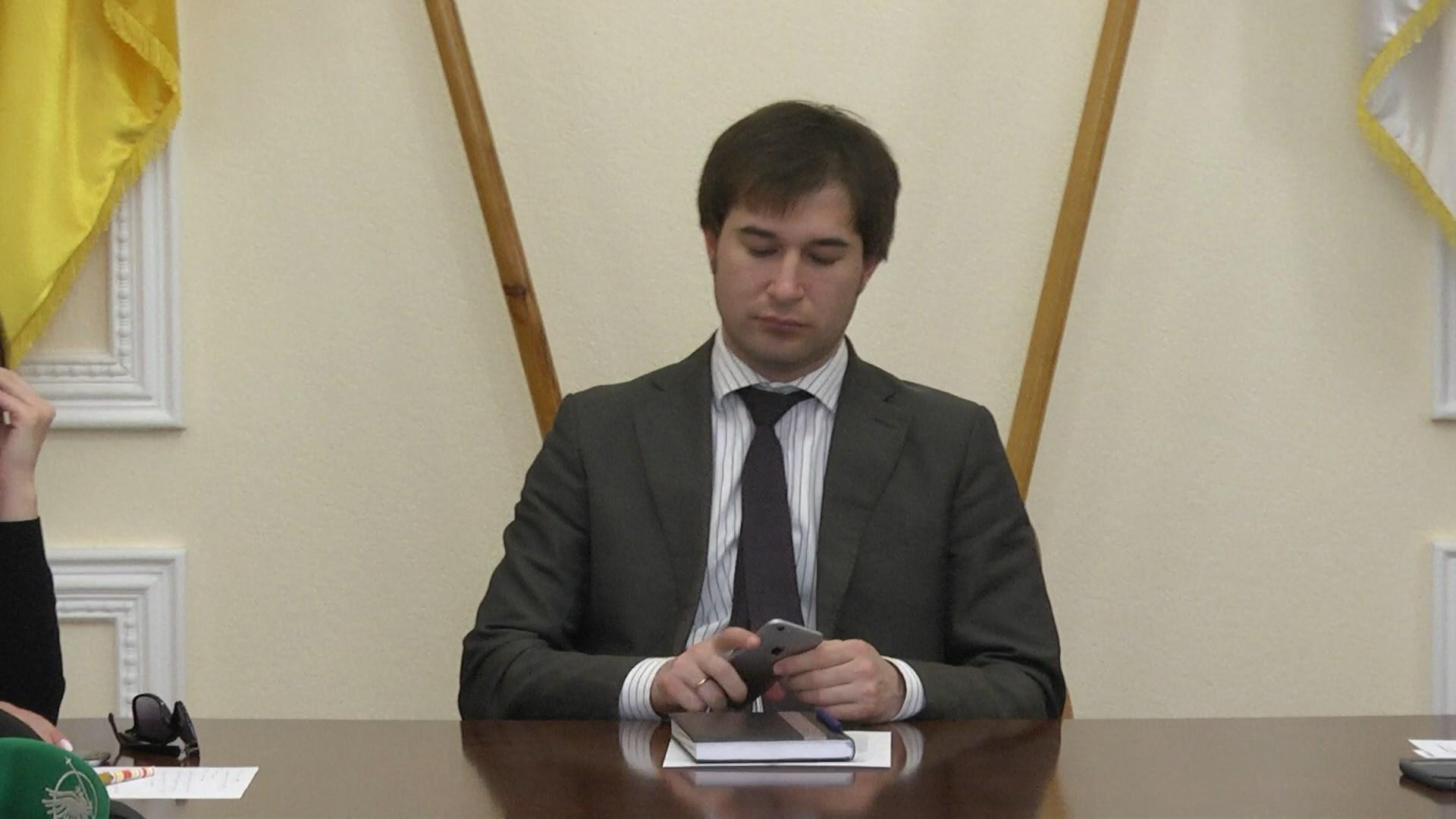 У міській раді Чернігова не можуть працювати без смартфонів (Фото)
