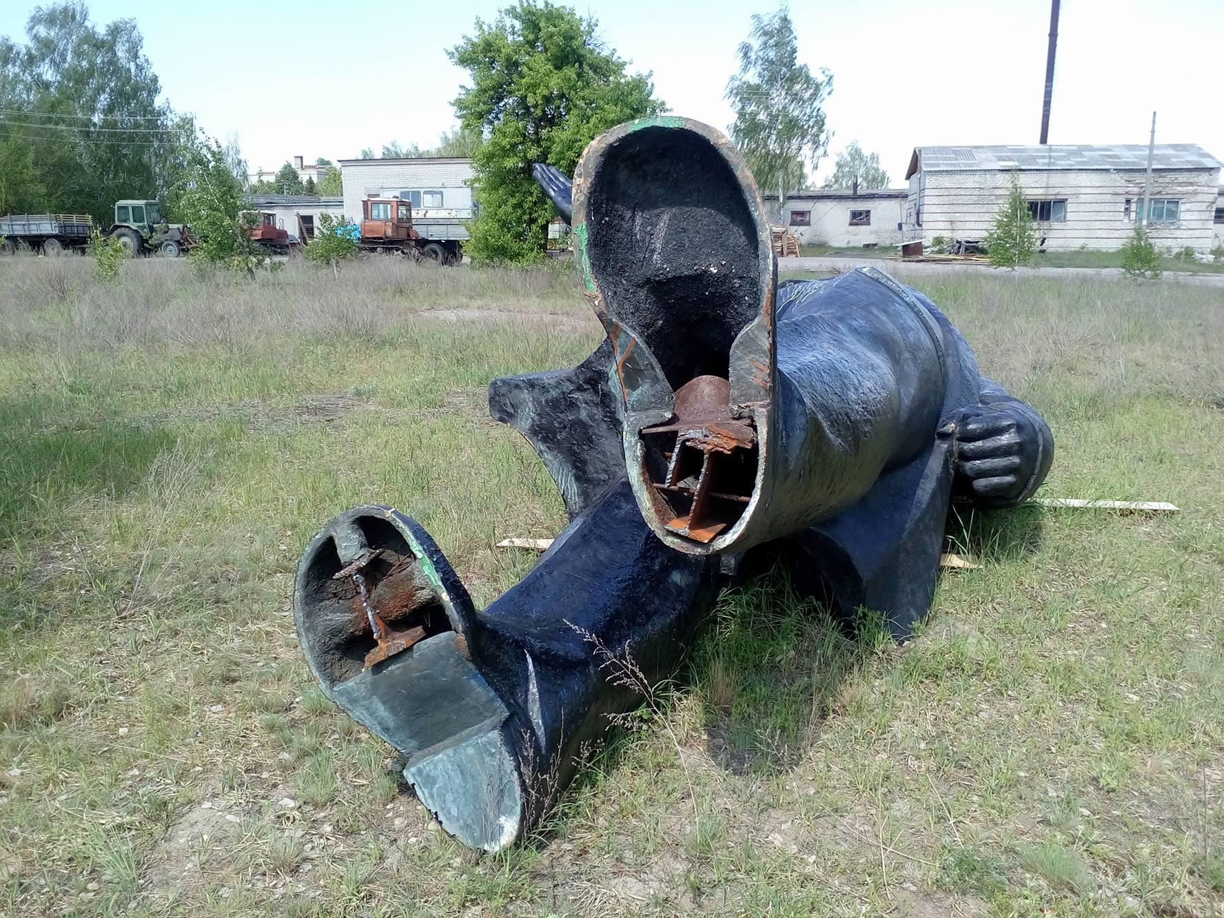 Декомунізували, а що робити не знають. Демонтований на Чернігівщині Ленін валяється просто неба (Фото)