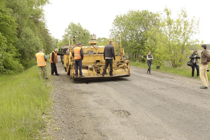 Латають – аж пил не летить. На Чернігівщині дороги ремонтують у дощ, але за європейським досвідом (Фото)