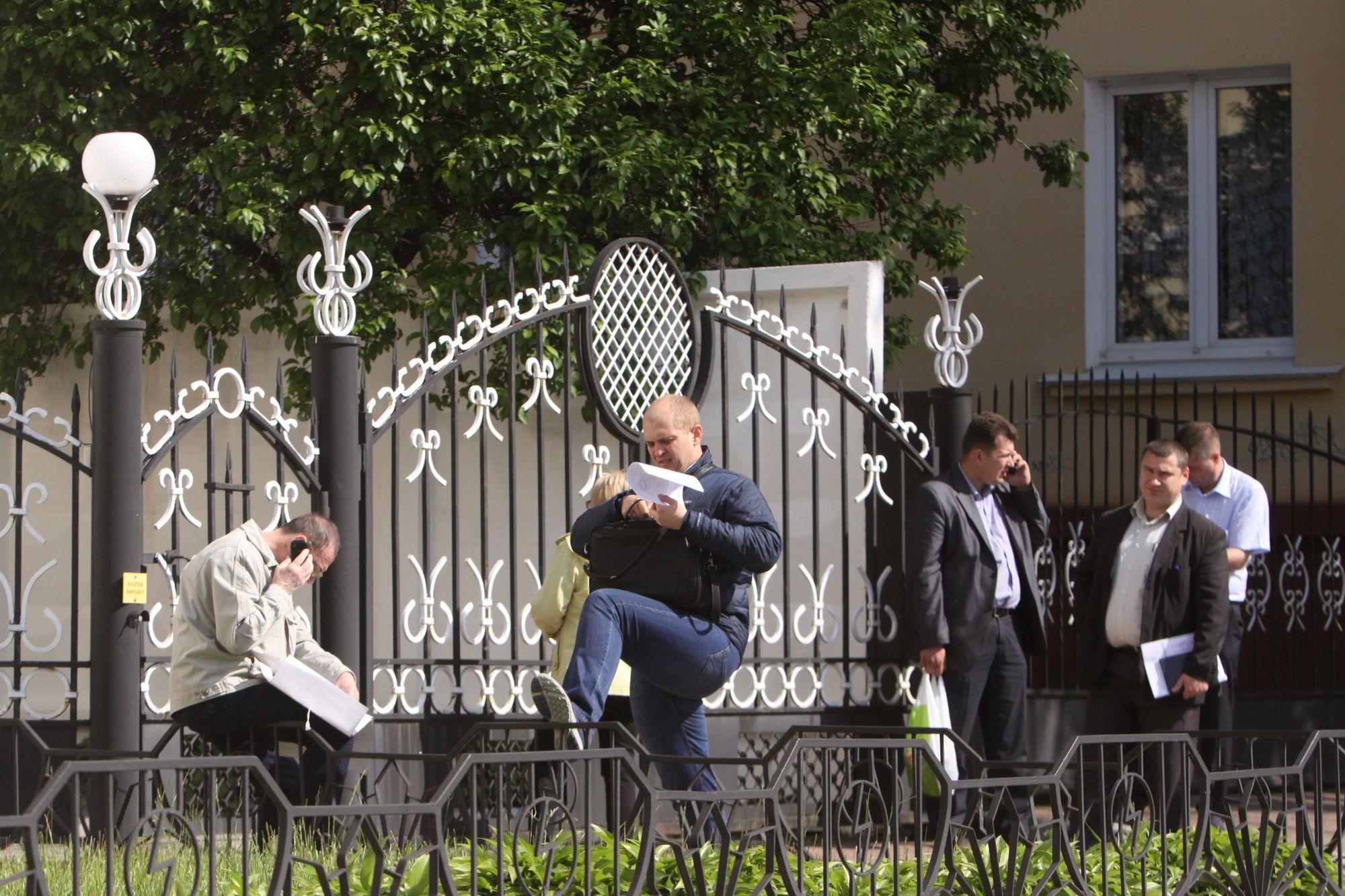 Платіжний колапс-2. «Чернігівобленерго»обслуговує споживачів на вулиці через огорожу (Фото)