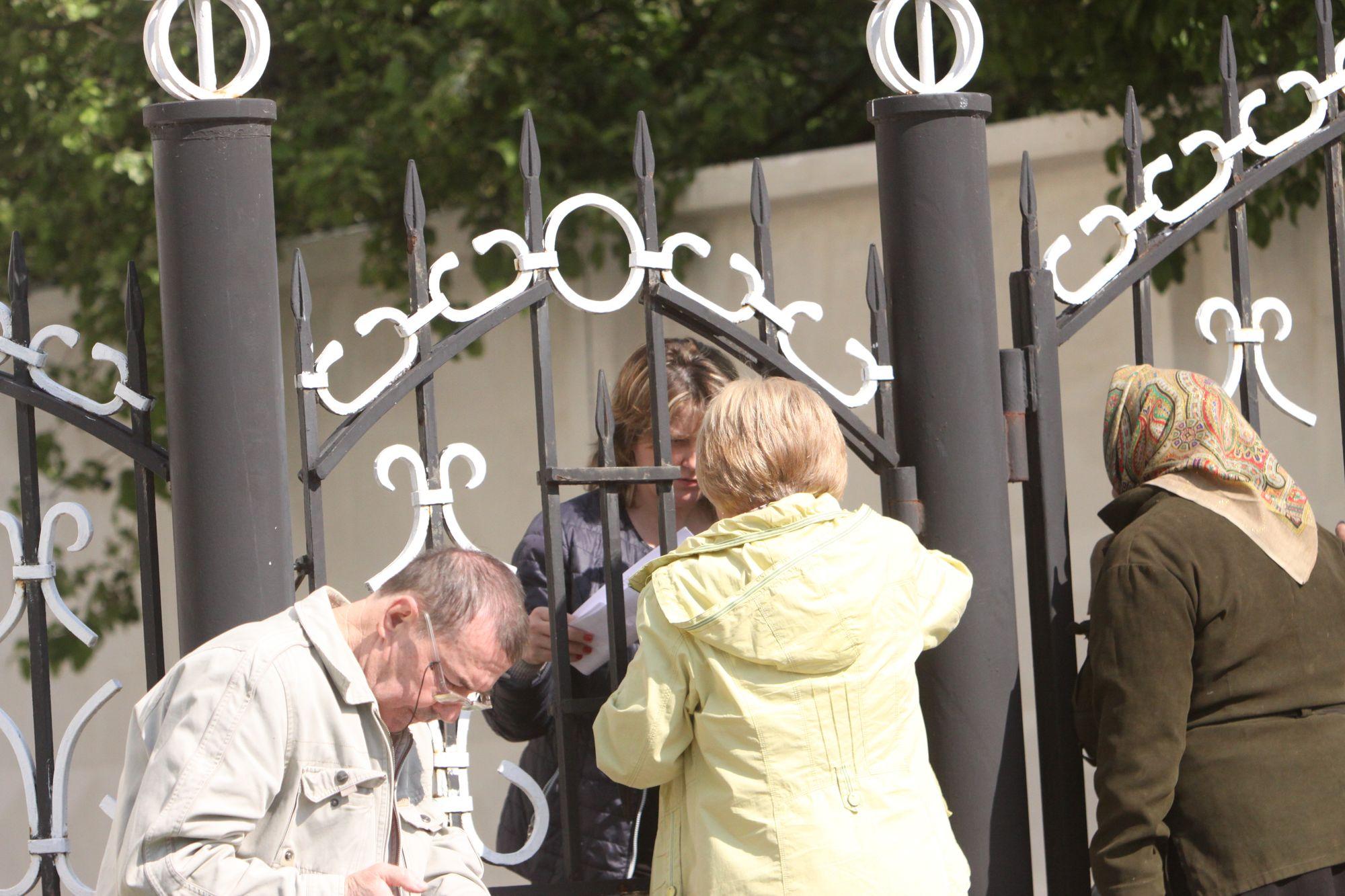 """Платіжний колапс-2. """"Чернігівобленерго""""обслуговує споживачів на вулиці через огорожу (Фото)"""