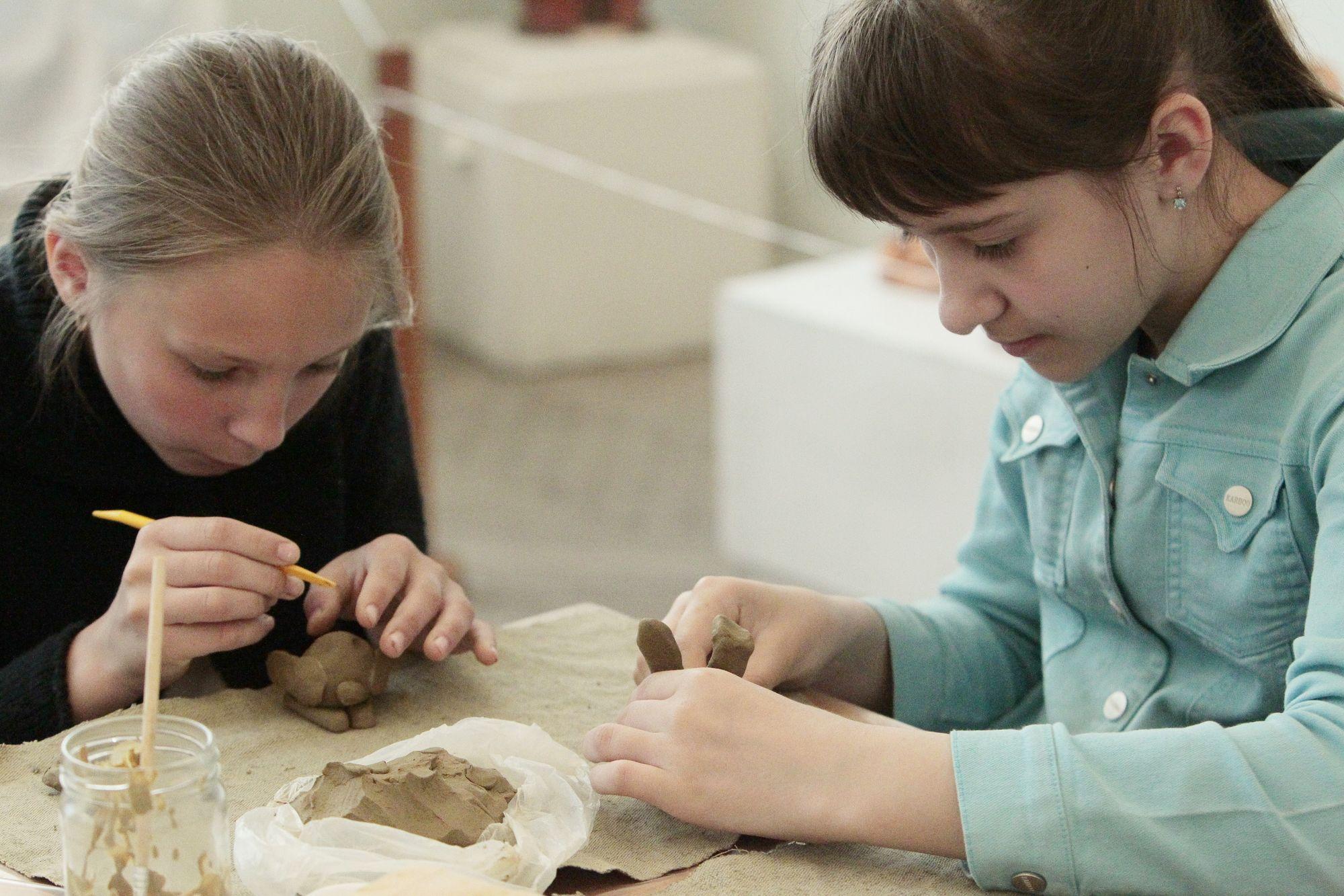 Літо з користю: в художньому музеї школярі навчаються гончарства (Фото)