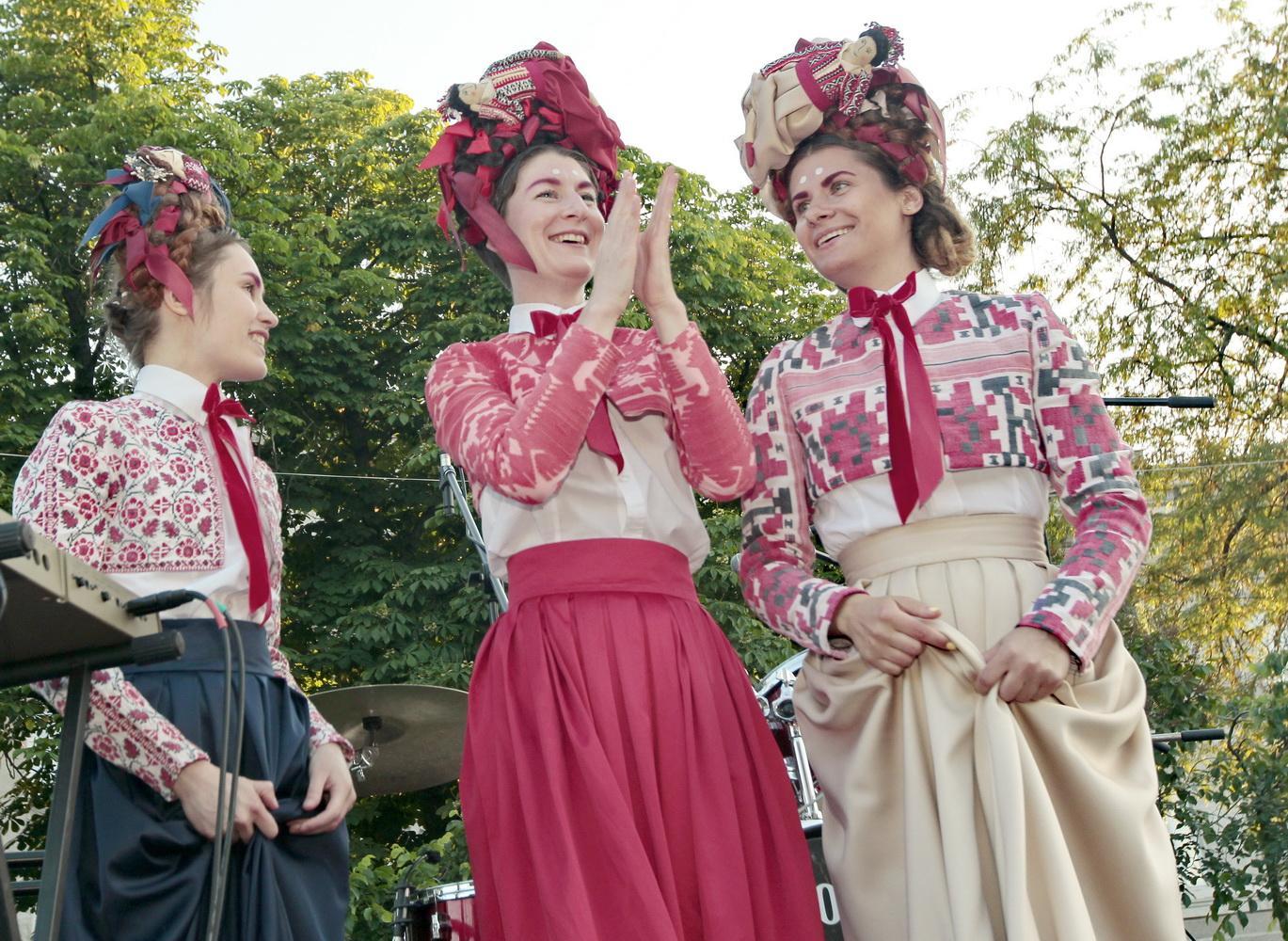 «Зелена сцена» порадувала чернігівських меломанів екзотичним тріо дівчат (Фото)
