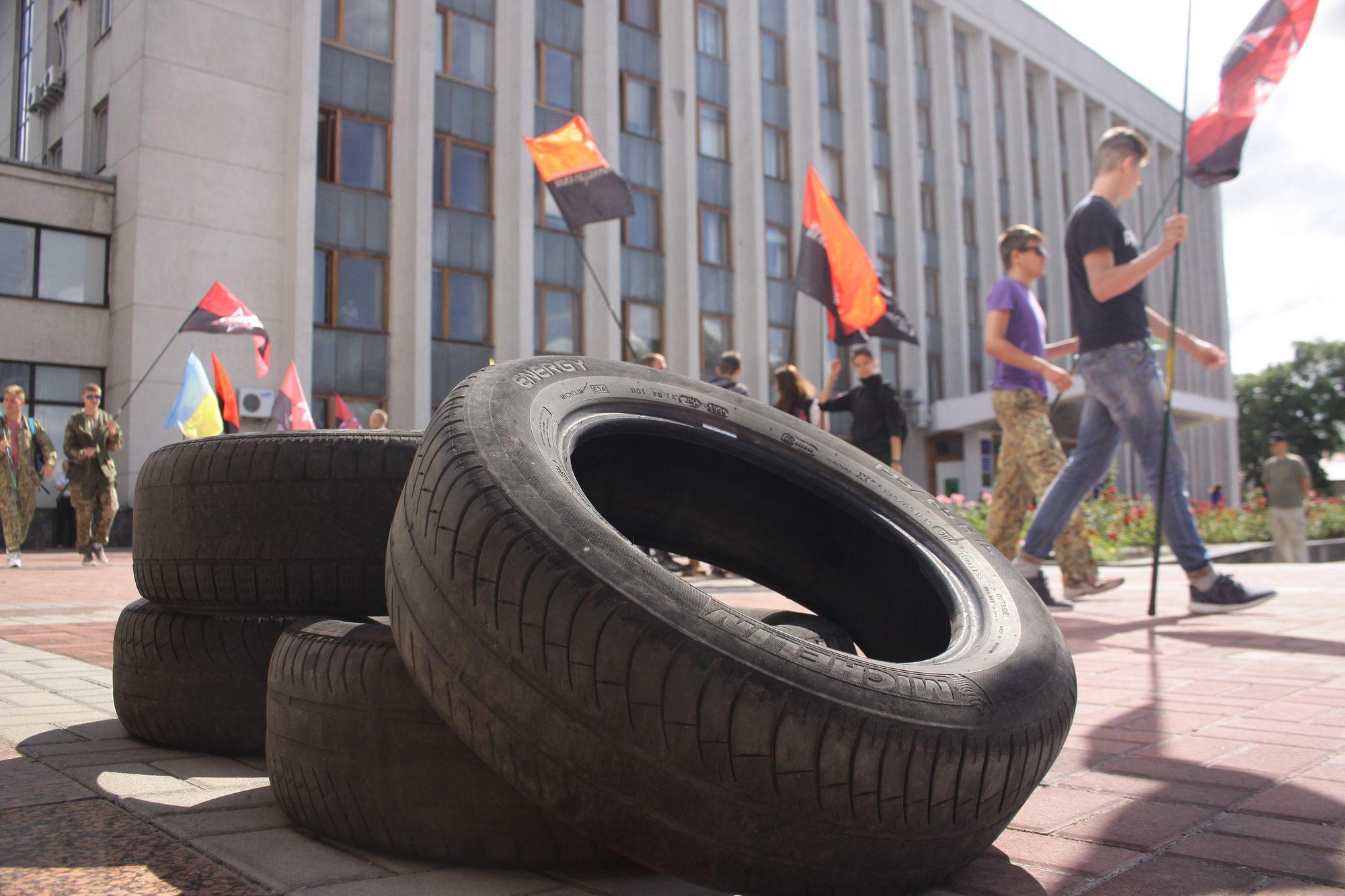 Обласну раду пікетують добровольці-атошники (Фото)