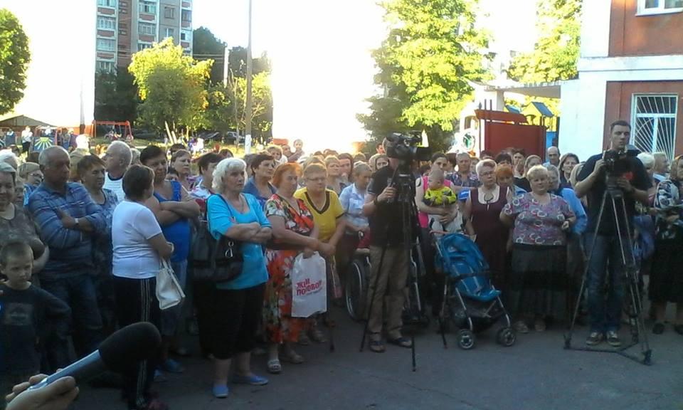 Медики та пацієнти мітингують під лікарнею на Шерстянці (Фото)