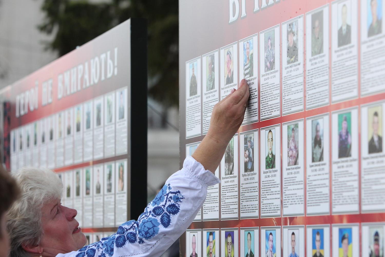 Покладання квітів до стели полеглих бійців у зоні АТО (Фото)