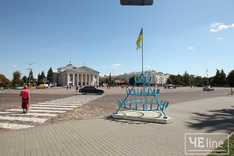 На Красній площі Чернігова майорить порваний прапор (Фото)