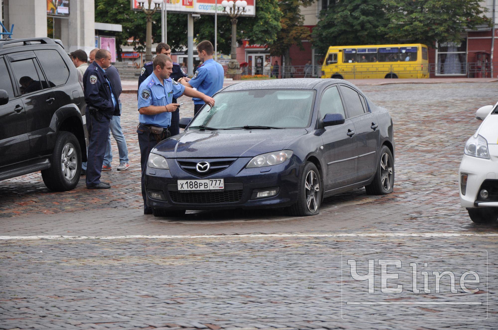 У Чернігові розтрощили російську машину з георгіївською стрічкою (Фото)