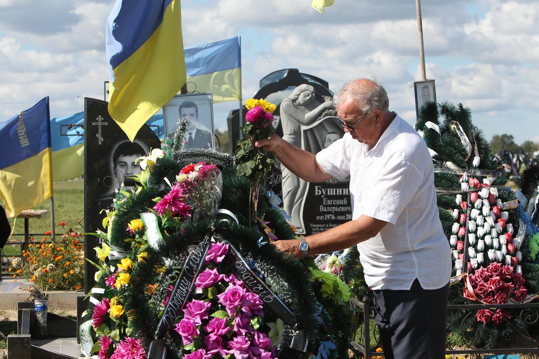 Учні поклали квіти на могили загиблим бійцям (Фото)