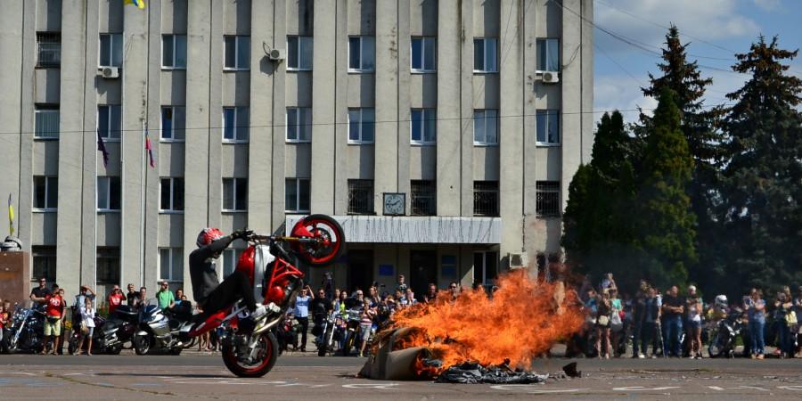 Рев двоколісних і запах паленої гуми: у Ніжині відбувся мотофестиваль (Фото)