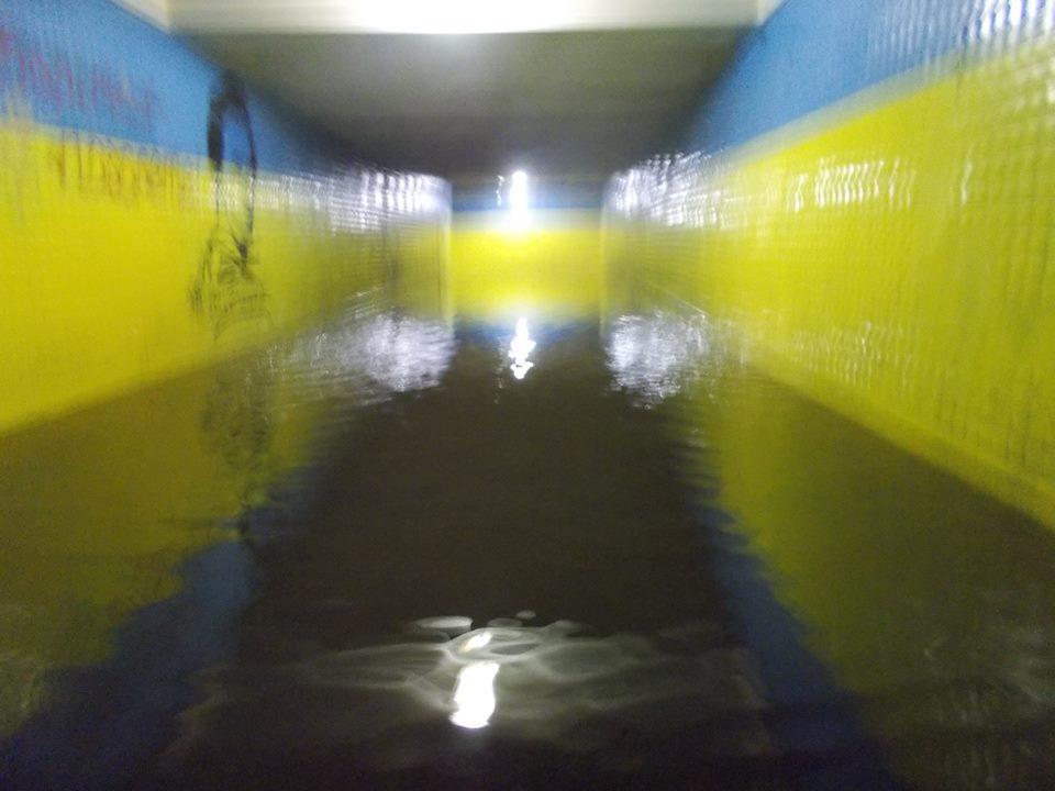 Небезпечна «венеція» у підземці Чернігова: перехід затопило через ремонт асфальту (Фото)