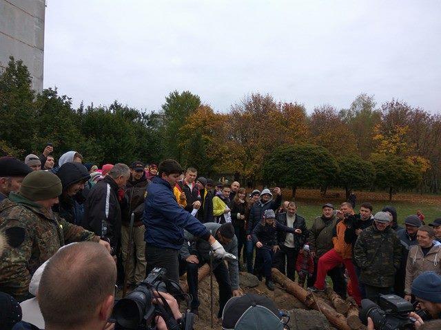 Чернігівці вийшли на акцію протесту проти будівництва багатоповерхівки (Оновлено. Фото)