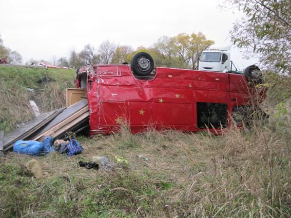 На Чернігівщині мікроавтобус із іноземцями на швидкості вилетів у кювет, є загиблі (Фото)