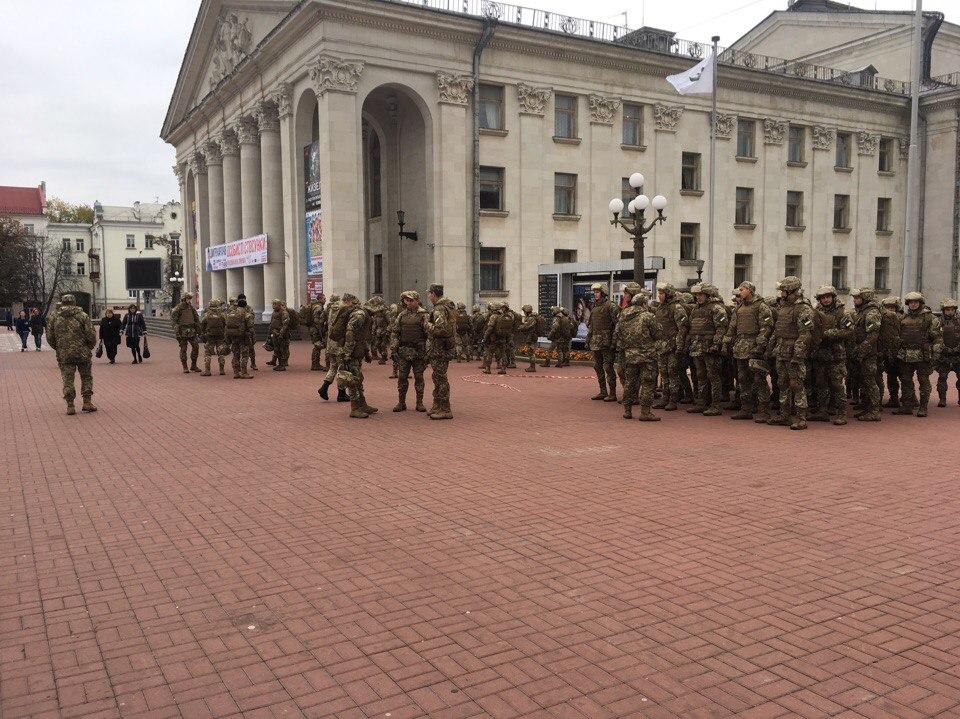 На Красній площі зібралися військові в амуніції (Фото)