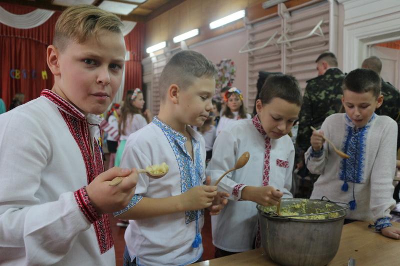 У змаганнях та з піснями відсвяткували школярі ЗОШ №9 Покрову та День козацтва (Фото)