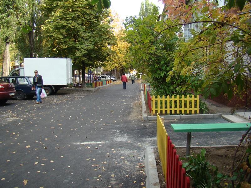 У Чернігові ремонтують міждворові проїзди (Фото)