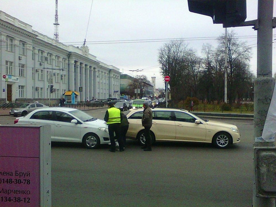 """У центрі Чернігова українець """"поцілував"""" німця (Фото)"""