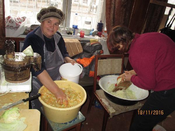 У Чернігові волонтери квасять капусту для військових в АТО – долучайтесь