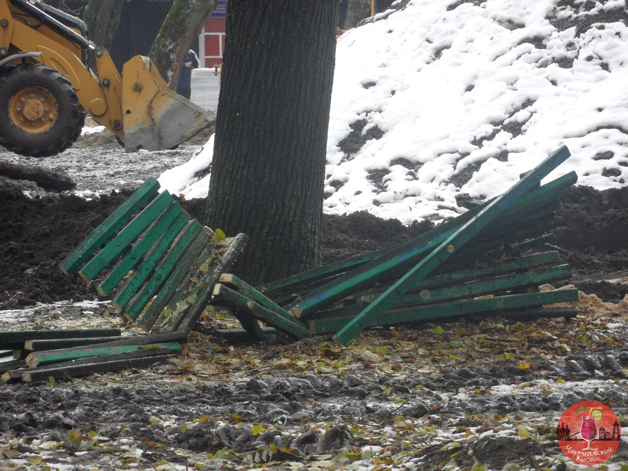 Реконструкція з присмаком вандалізму: у сквері Хмельницького трощать лавочки (Фото)