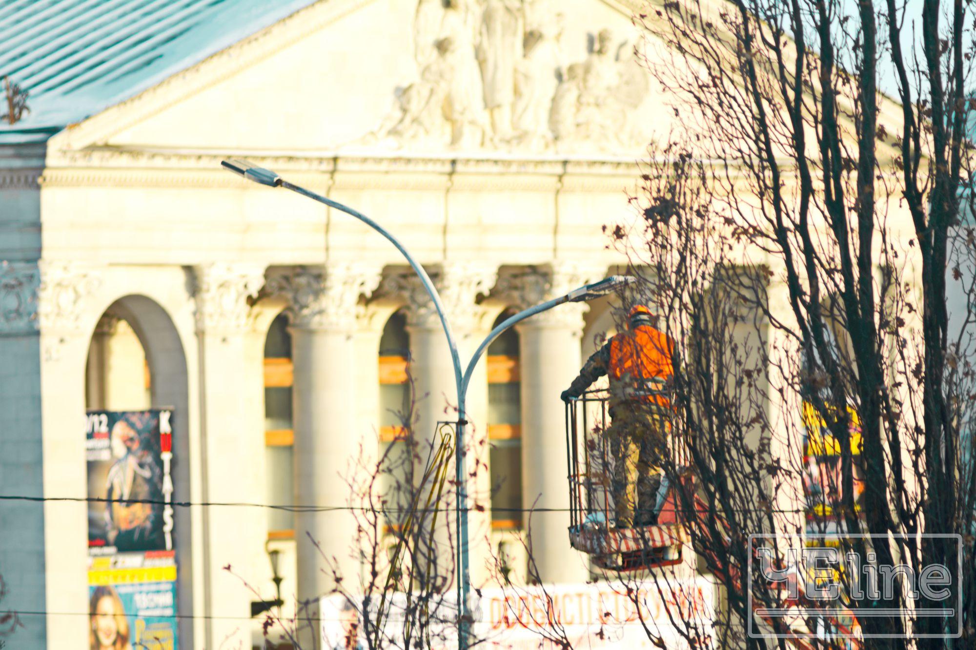 На Красній площі замінюють ліхтарі (Фото)