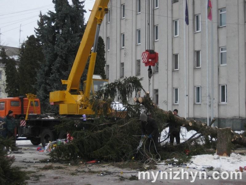 У Ніжині демонтували новорічну ялинку (Фото)