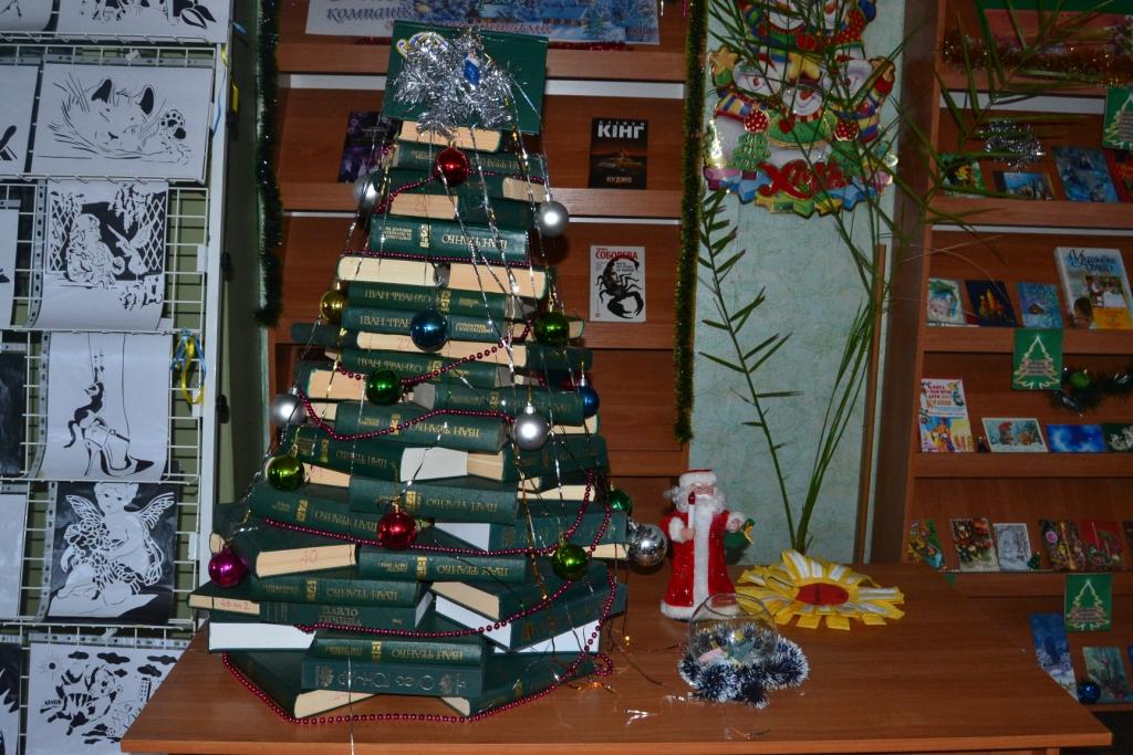 Новий рік по-бібліотечному: камін із фортепіано та ялинка з томів Франка (Фото)
