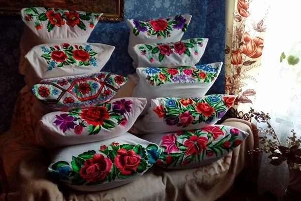 Вишиване хобі: коропська майстриня має колекцію із понад двохсот експонатів