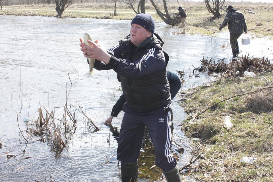 Ловись, рибко, велика і маленька: на Чернігівщині зарибнили озеро