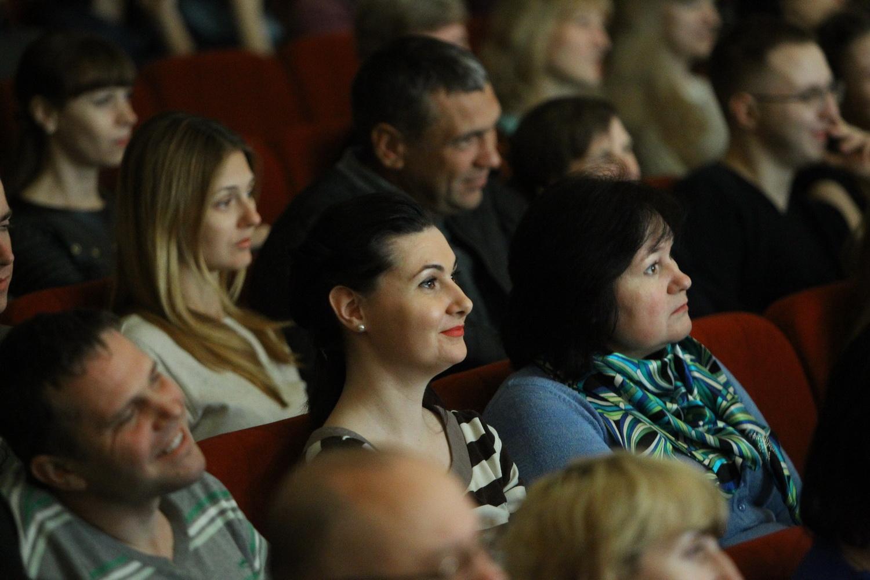 """У Чернігові відбулася прем'єра вистави""""Одна дружина на двох"""" (Фото)"""