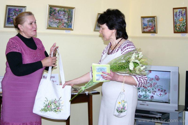 """У бібліотеці Короленка відбулося відкриття виставки картин  """"Танок стрічки і полотна"""" (Фото)"""