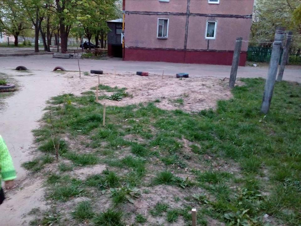 Кілочки навколо будинків: «нанотехнології» чернігівських комунальників (Фото)