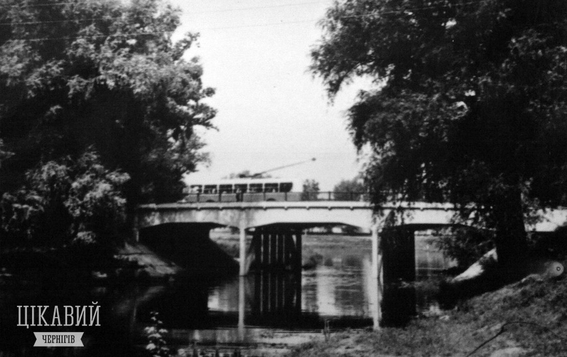 На Красному мосту в Чернігові провалилася під воду карета упиря