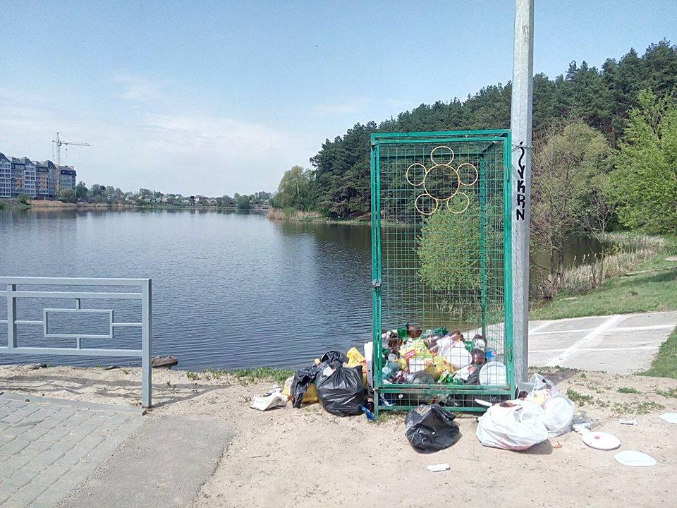 Контейнер для пляшок «відкрив» сміттєзвалище на Стрижні (Фотофакт)
