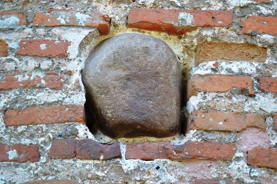 Камінь бажань, що в стіні П'ятницької церкви, замурували (Фотофакт)