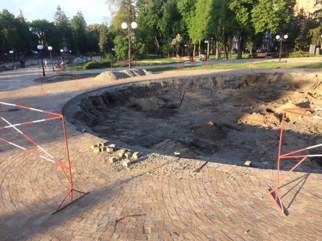 У парку ім. Богдана Хмельницького розпочали будувати фонтан (Фото)