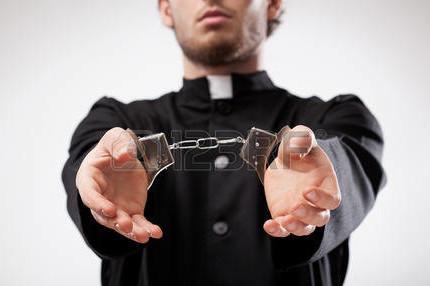 26488612-Молодой-христианский-священник-в-рясе-арестован-и-в-наручниках
