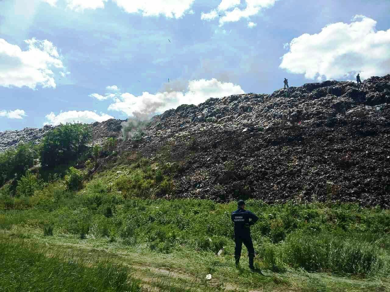 У Чернігові палало сміттєзвалище (Фото)