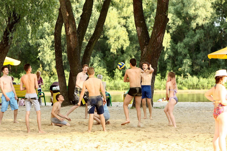 Недільна спека зібрала чернігівців на «Золотому пляжі» (Фоторепортаж)