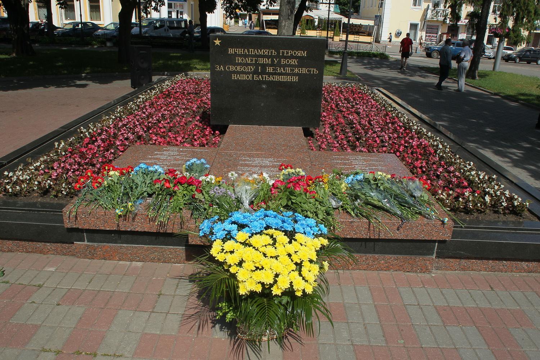 Довічно у пам'яті нашій живі: вшанування жертв війни в Чернігові (Фото)