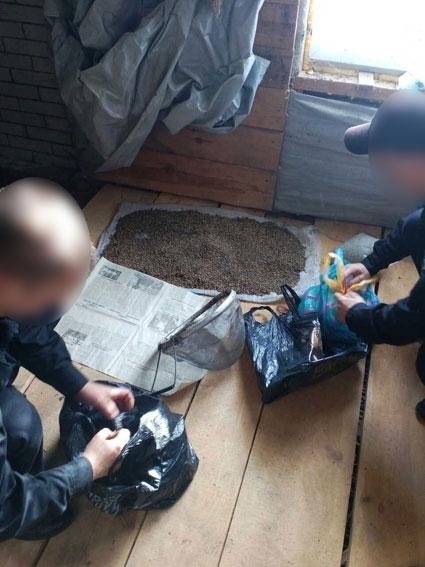 На Чернігівщині поліцейські вилучили зброю, боєприпаси та бідон із марихуаною (Фото)