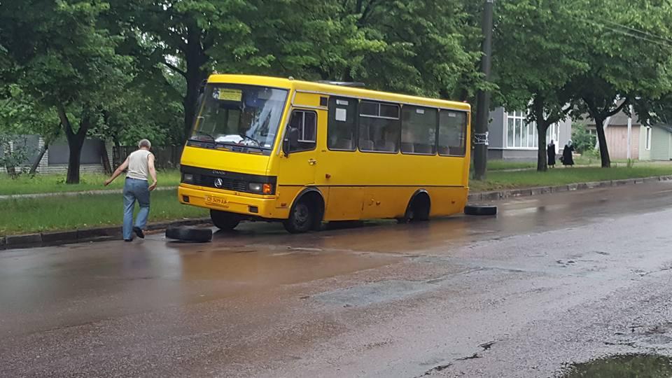 У чернігівської маршрутки відвалилось колесо (Фотофакт)
