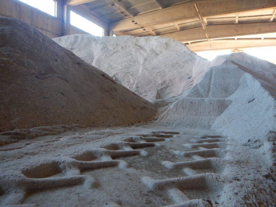Хоч греблю гати: до Чернігова завезли вагони солі (Фотофакт)