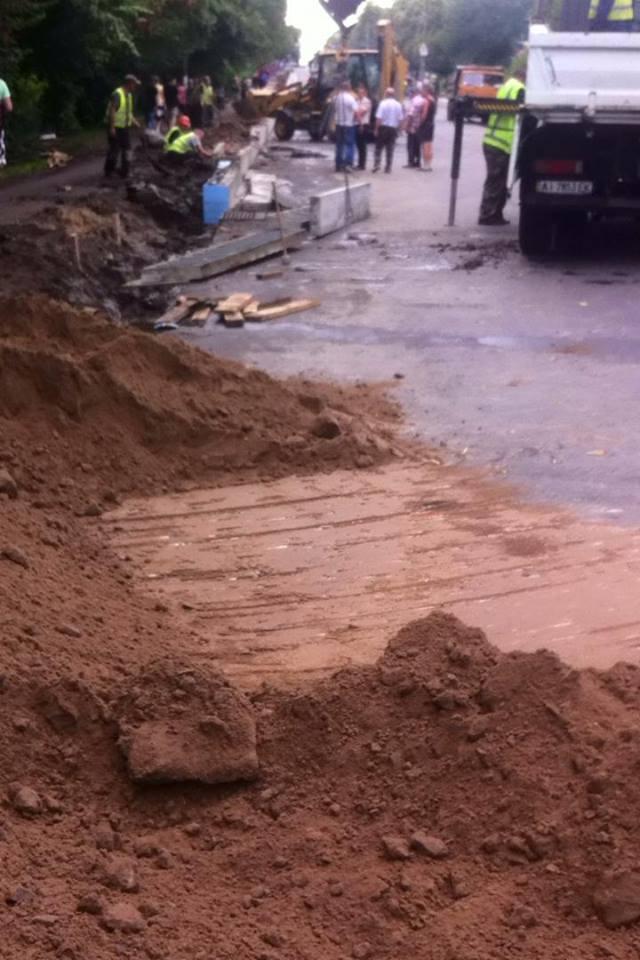 Провал на Проспекті Миру нашвидку засипають піском (Фото)