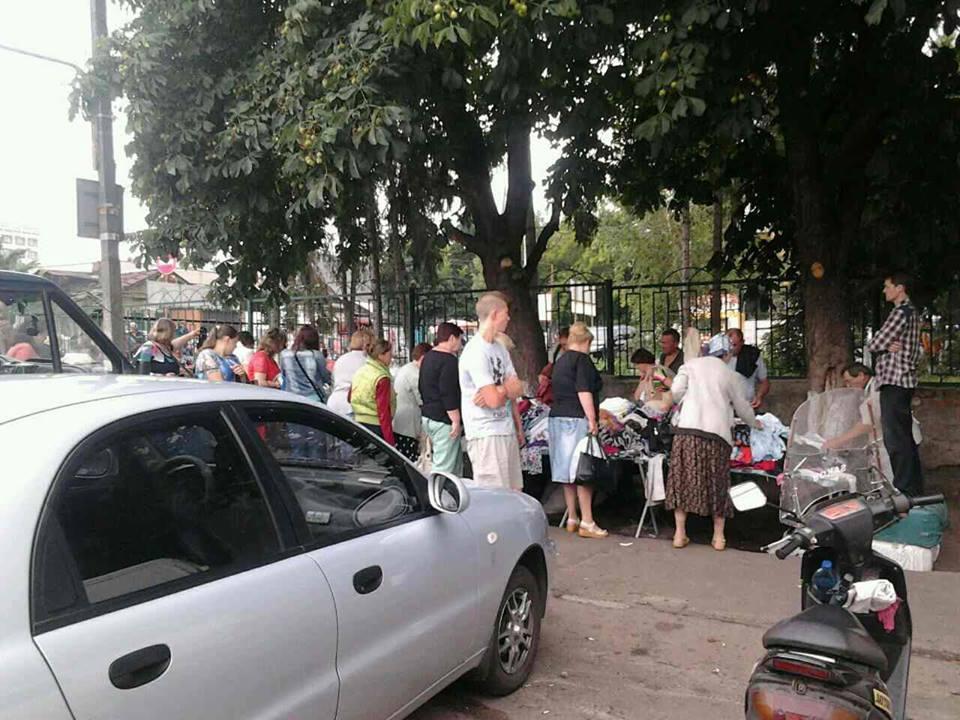"""""""Ревізор"""" не допоміг: біля центрального ринку продовжується незаконна торгівля (Фото)"""