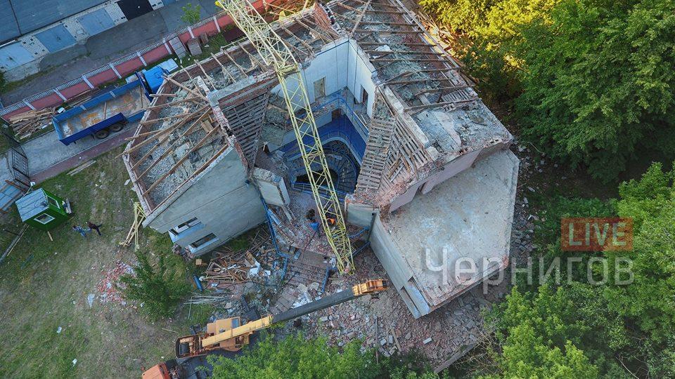 У Чернігові будівельний кран упав на дах будівлі (Фото)