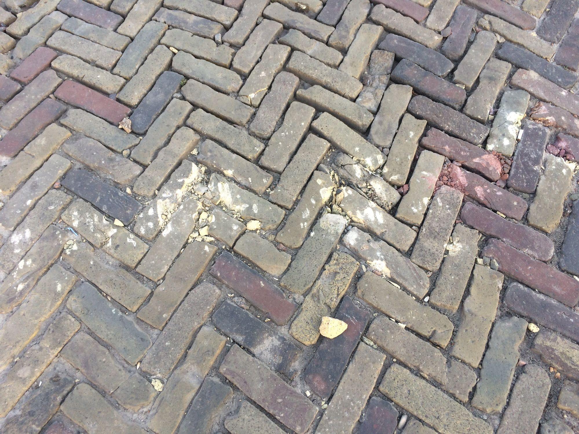 Зворотній бік виставки бронетехніки на Красній площі: понівечена старовинна плитка (Фото)