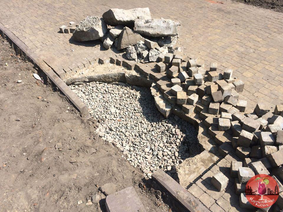 Щось пішло не так: доріжку у сквері ім. Хмельницького розібрали (Фотофакт)