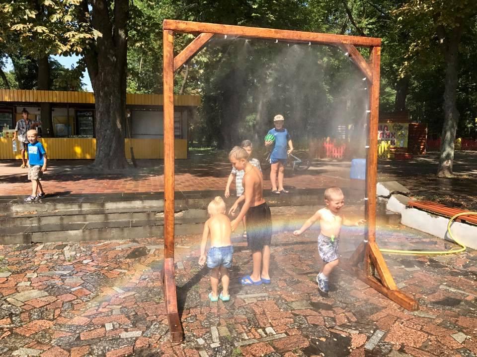 У Чернігові з'явилася арка з літнім душем (Фото)