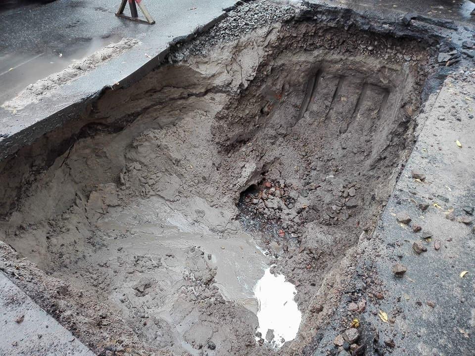 Злива підмила дорогу в Чернігові: рух 8-го тролейбусу зупинено (Фото)