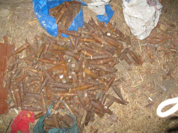 На подвір'ї у сіверянина виявила майже три сотні снарядів до бронетехніки (Фото)